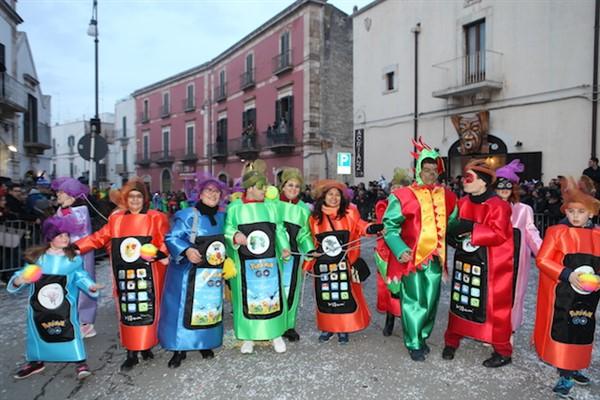 Gruppi mascherati: allegria, colore e divertimento in passerella
